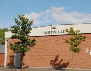 Ansicht der Hubertushalle vom Bolzplatz