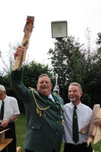 Hans Schulte nach seinem Kaiserschuss mit den Resten des Vogels, neben ihm Schießmeister Heinz-Josef Schmalbrock